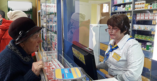 пенсионеры в аптеке